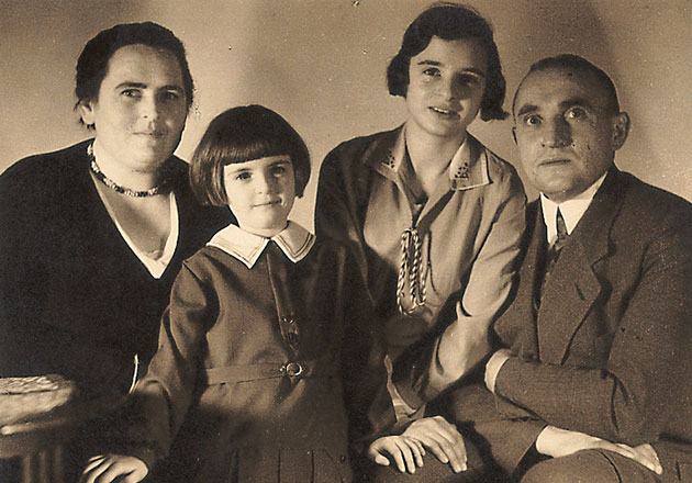 ANNEMARIE BÖRLIND - Annemarie Lindner with her parents and her sister Ruth