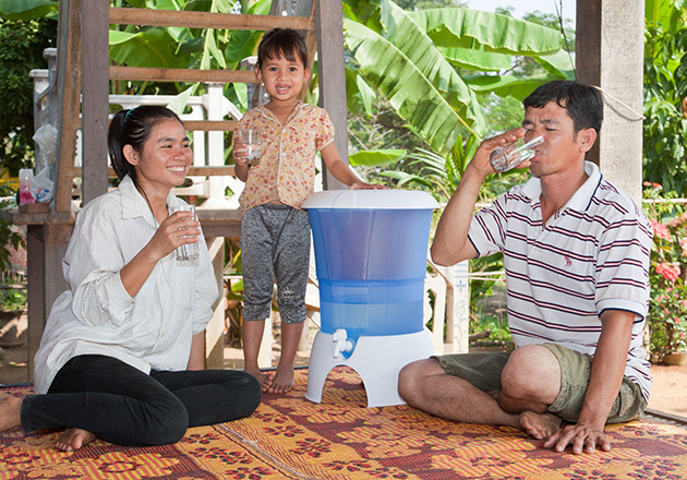 ANNEMARIE BÖRLIND - Cambodian family with a water filter